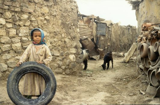 Ser pobre niño pobre