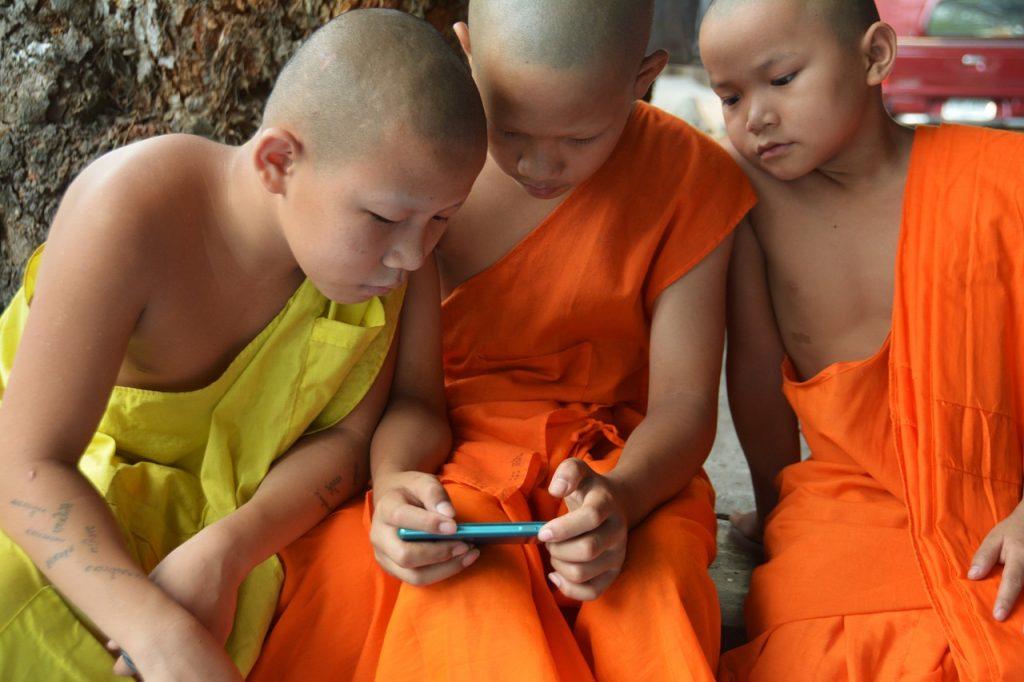 niños movil celular lamas
