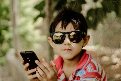 nino con gafas y movil nativos digitales